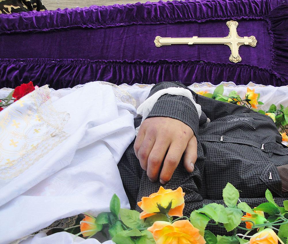 В гроб нельзя класть фотографии живых родственников.
