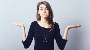 Девушка разводит руками