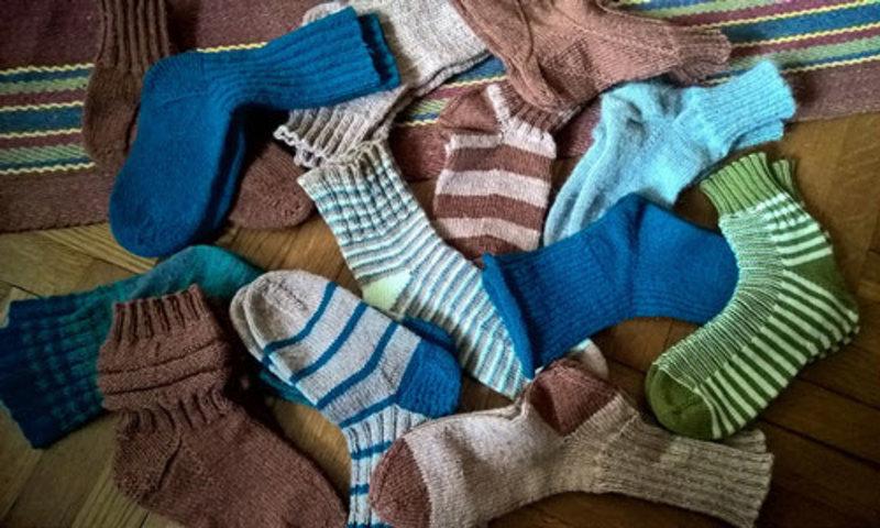Покупать носки, одевать новые носочки - после такого сна можно ожидать приглашения в романтическое путешествие, организации интересной поездки и удачного завершения всего начатого.