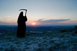 К чему снится смерть с косой или без косы: толкования сонников