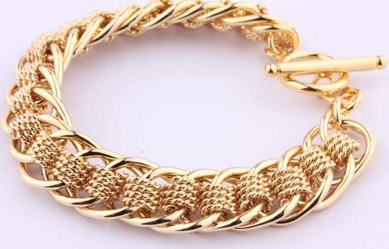 Сон золотой браслет на руке