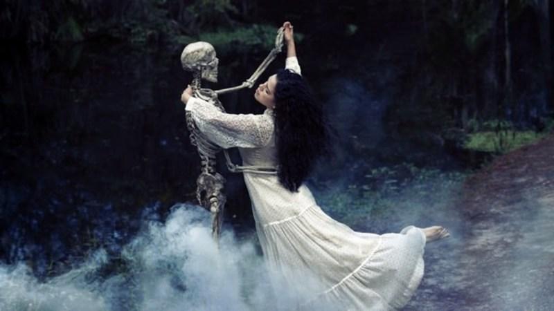 Если вы танцевали во сне с удовольствием, такой сон означает, что все проблемы, которые стоят перед вами, скоро решатся сами собой.