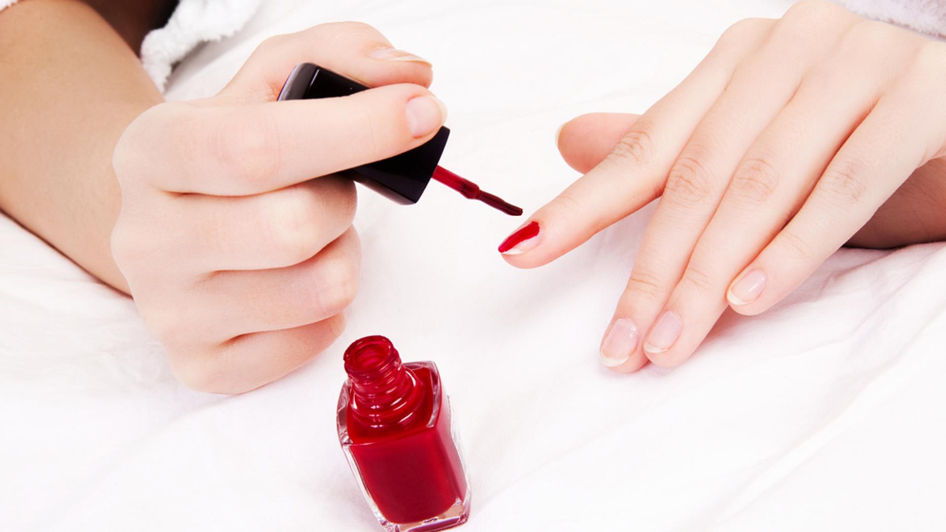 Сонник красить ногти лаком на руках