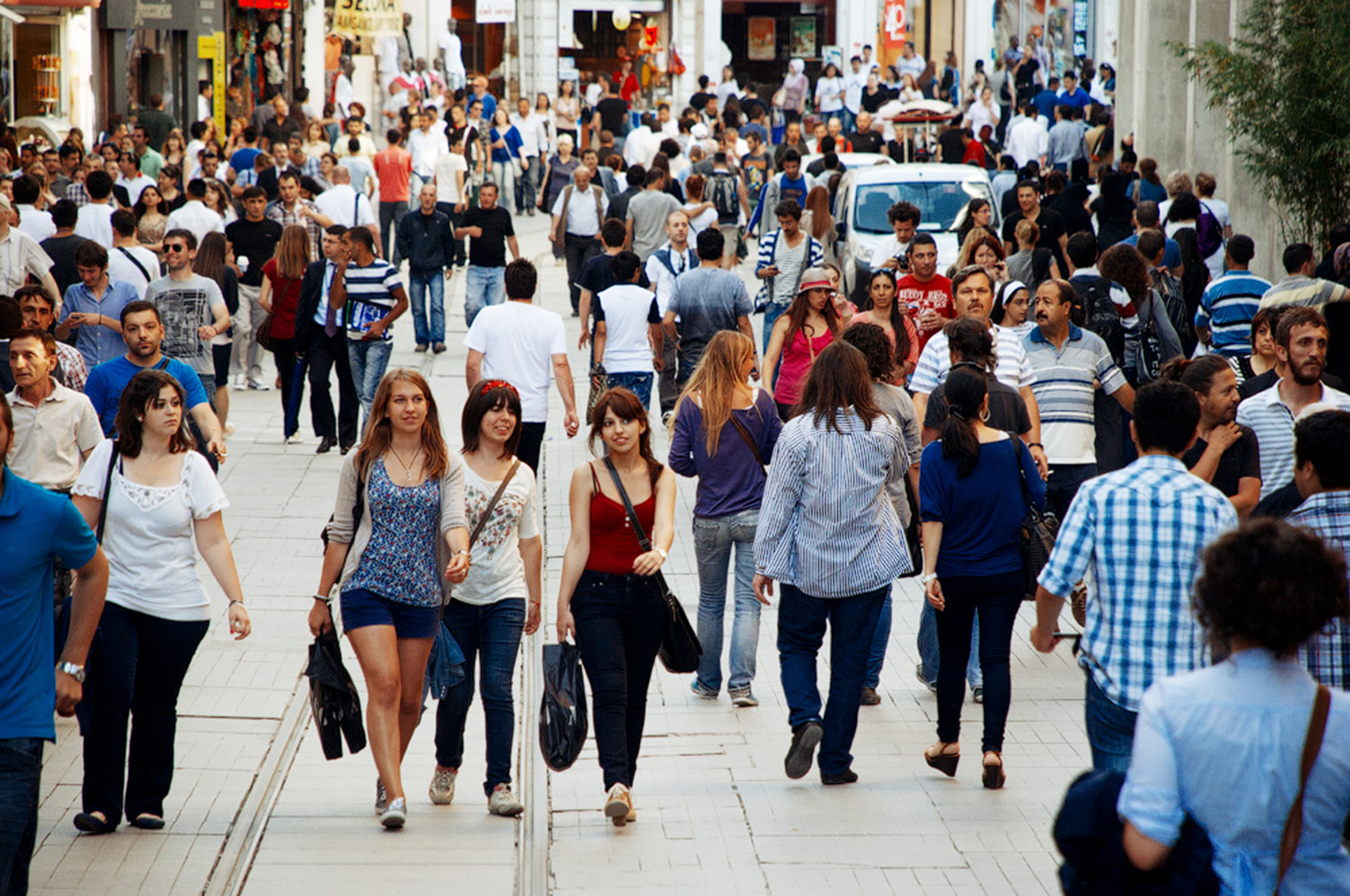 Толпой на улице, смотреть онлайн порнухи двигает попой