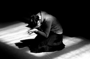 Молиться на коленях